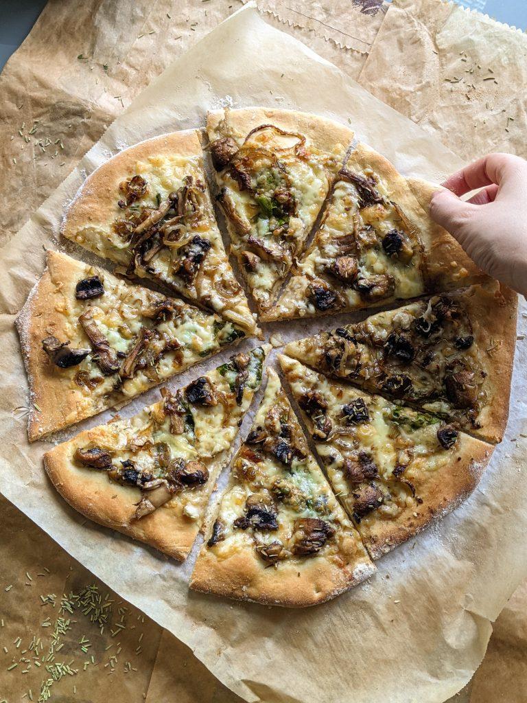 pizza sa karameliziranim lukom